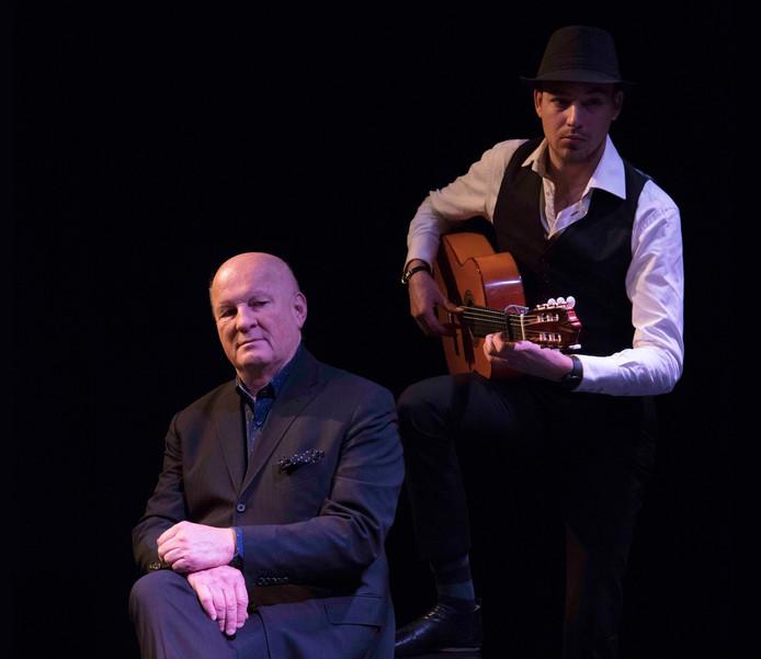 Paul van Soest (links) en flamencogitarist Alessio Rooders brengen samen de voorstelling DeManvanMaria.