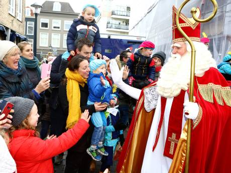 Honderden kinderen juichen Sinterklaas en Pieten toe in Gorinchem
