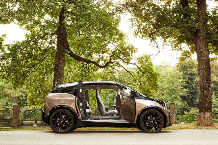De portieren achterin gaan 'andersom' open. Dat kan soms – op parkeerplaatsen – een beetje improviseren zijn, maar het is wel praktischer dan geen achterportieren. Beeld