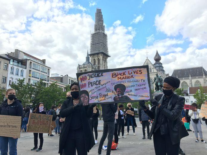 Enkele honderden mensen kwamen naar de Groenplaats om te protesteren.