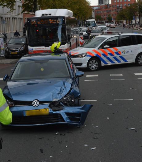 Twee auto's in botsing op Vaillantlaan vlak voor basisschool