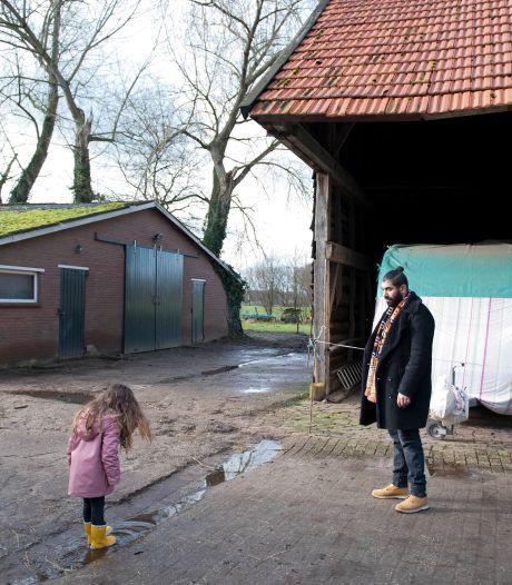 Sjaak uit Bathmen maakt voor tv-serie houseversie van 'Het Dorp':  'Kleine dorpoe a1 bath man'