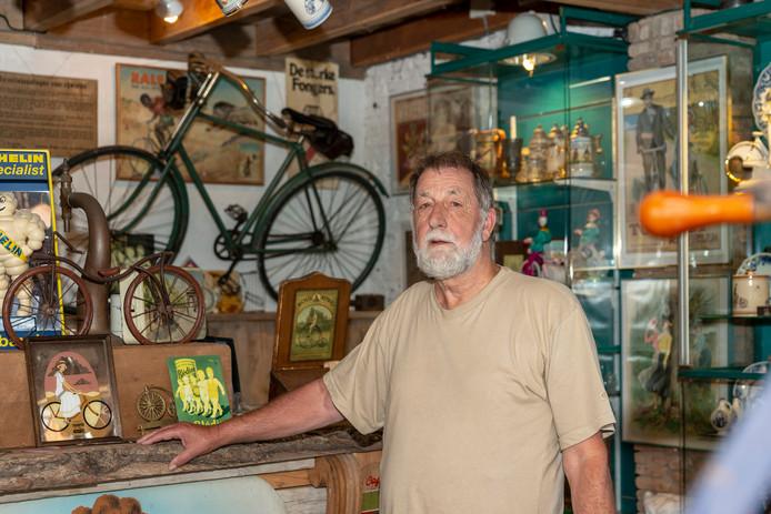 Kees van den Berg in zijn fietsmuseum, Vieux Vélo.