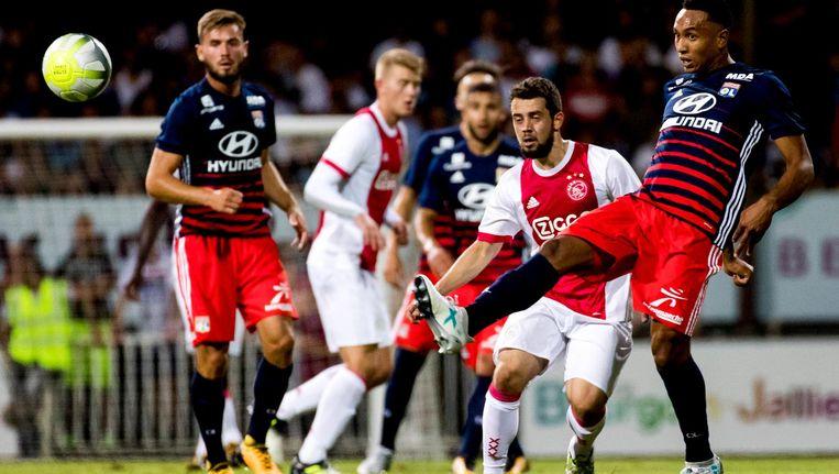 Kenny Tete in dienst van Olympique Lyon, tijdens het vriendschappelijke duel tegen Ajax. Beeld anp