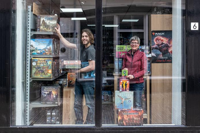 Diana Koerts (r), mede-eigenaar van De Spellenpoort in de binnenstad, dat dicht is, maar wel bezorgt. Links zzp' er Stan, die dat voor zijn rekening neemt.
