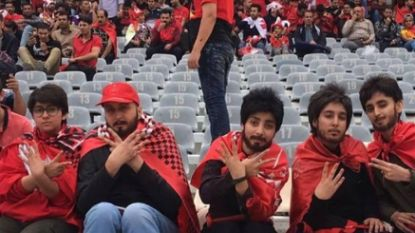 De tragische foto van vijf 'mannen' in een voetbalstadion die om spijtige reden viraal gaat