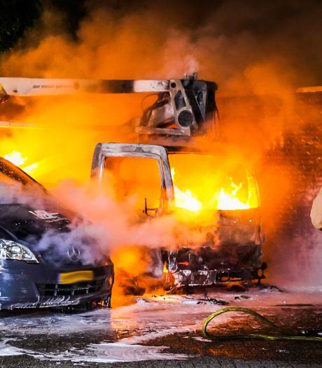 Hoogwerker en bestelbus uitgebrand aan de Koppele in Eindhoven
