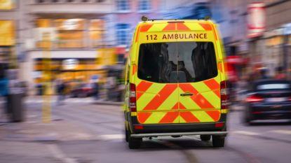 Elektrische fietsster opgeschept door auto en zwaargewond