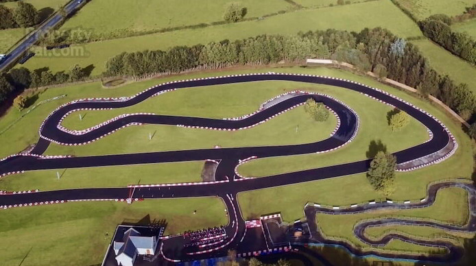 De kartbaan is bijna 1 kilometer lang en voldoet volgens de makelaar aan alle moderne eisen.