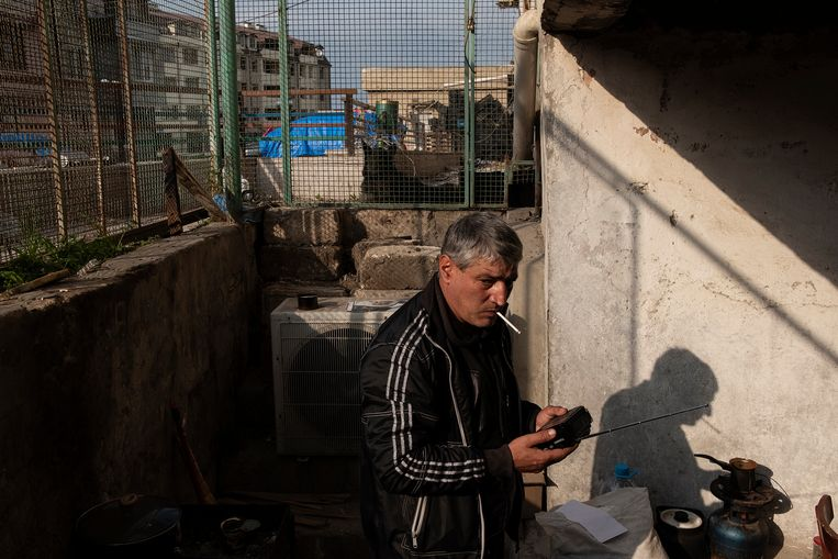 Arthur zijn huis is verwoest door de Azeri. Hij woont nu in de kelder van het gebouw dat naast zijn verwoeste huis staat. Beeld Giulio Piscitelli