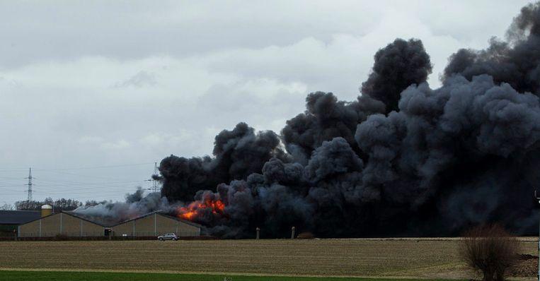 De uitslaande brand ging gepaard met een hevige rookontwikkeling.