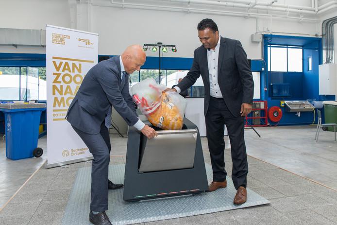 De nieuwe afvalcontainer, hier getest door de Rotterdamse wethouders Bert Wijbenga en Richard Moti, kleurt rood, groen of oranje.