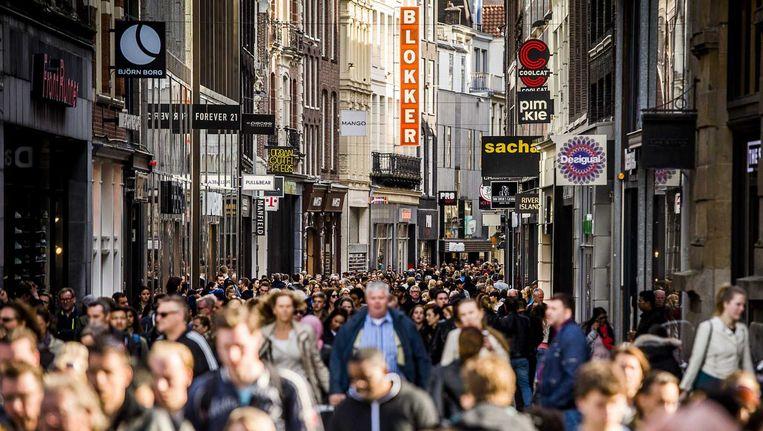 Winkelende mensen in het centrum van Amsterdam. Beeld anp