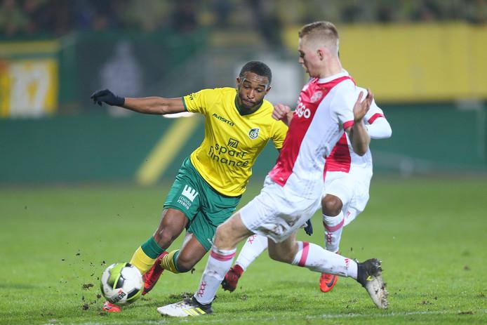 Fortuna Sittard-speler Lisandro Semedo in duel met Jong Ajax-speler Boy Kemper.