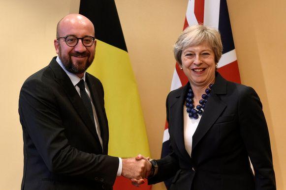 Charles Michel met Theresa May op een archiefbeeld.