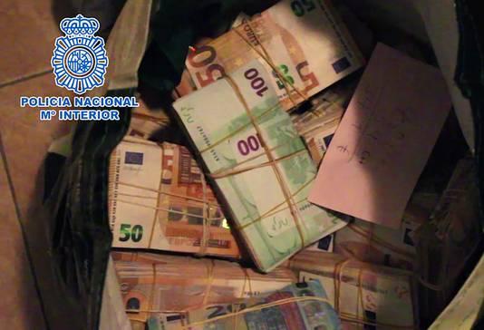 Rechercheurs namen grote hoeveelheden contant geld in beslag en bevroren 139 bankrekeningen.