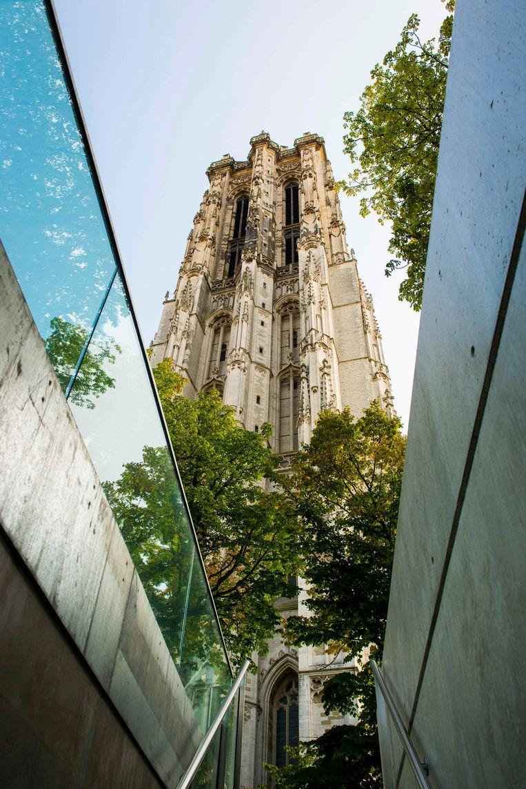 Gewapend met een platte schroevendraaier beklim je de 538 treden van de Sint-Romboutstoren.