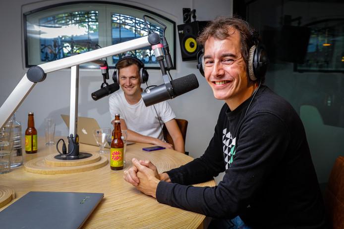 Willem Dudok (rechts) en Tim de Gier achter de microfoons voor de populaire wielerpodcast De Rode Lantaarn, in studio Vondel CS.