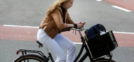Motoragent waarschuwt 25 jongeren die met mobiel in de hand fietsen, maar of hij dat morgen ook nog doet...?