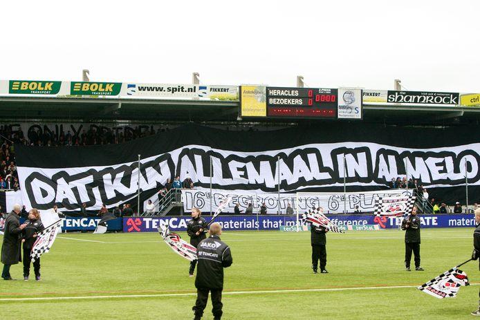 De supporters van Heracles Almelo maken indruk met gigantische spandoeken.