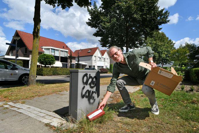 Schrijver Frank Krake verstopt 100 boeken door heel Twente in de nacht van woensdag op donderdag. De reden? Iets terugdoen voor al die Tukkers die zijn boek kochten, sinds deze zomer 100.000 in totaal.