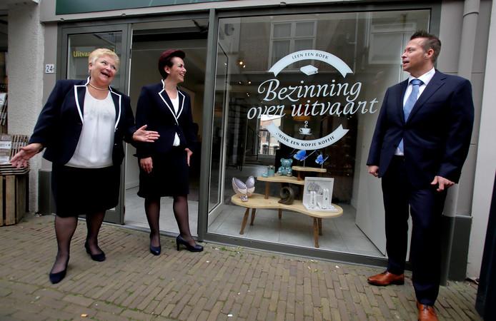 Yvonne, Shirley en Bas Jonker voor hun zaak aan de Oostdijk in Oud-Beijerland.