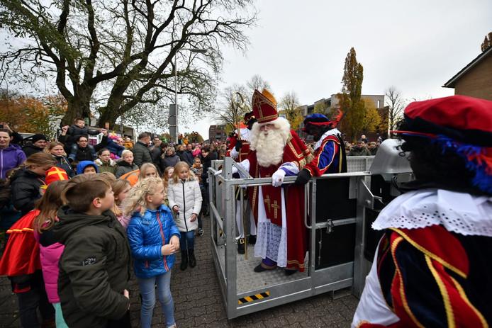 Sinterklaas maakte in Wierden zijn entree in een hoogwerker.