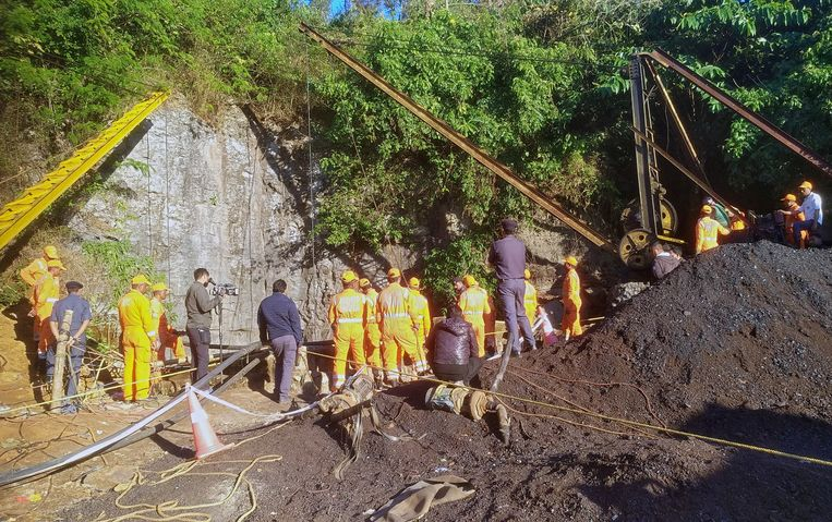 Reddingswerkers aan de ondergelopen mijn in India.
