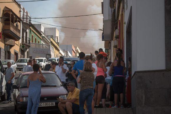 Mensen kijken naar de aanzwellende rook op Gran Canaria.