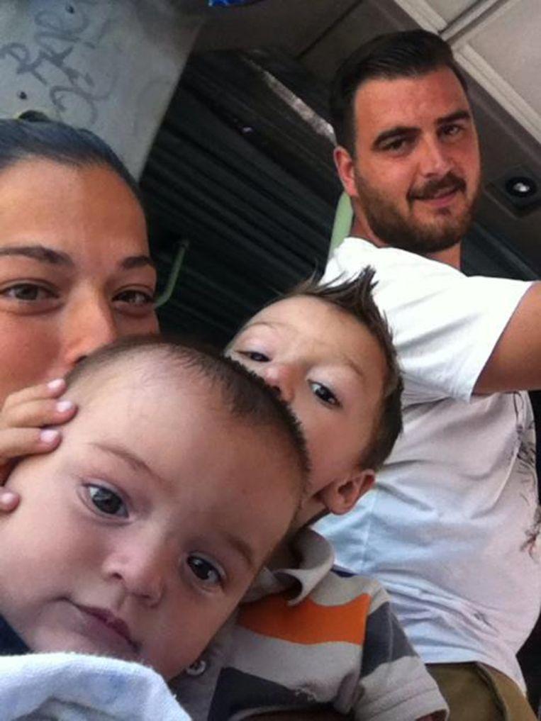 Julen (vooraan) met zijn ouders en zijn broertje Oliver, dat vorig jaar overleed.