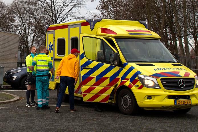 Ambulancepersoneel controleert een scheidsrechter die in het tumult ook werd geraakt.