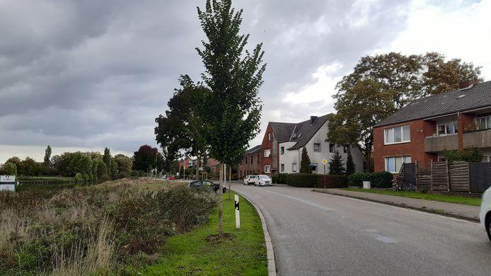 Deze woning (rechts) aan de Briener Strasse in Kleef wordt bewaakt omdat de bewoners zich niet aan de coronaregels hielden.