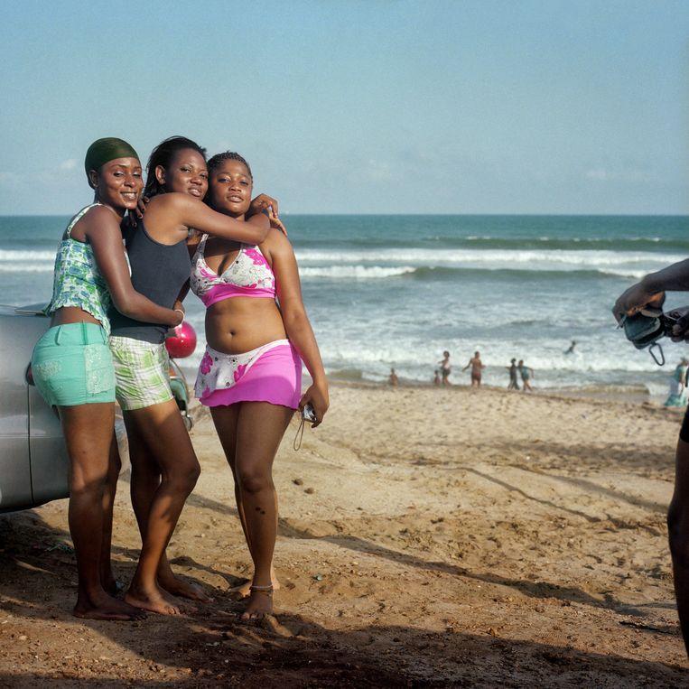Ghanese meisjes vermaken zich op het strand van Accra. Beeld Alfredo Caliz/Hollandse Hoogte