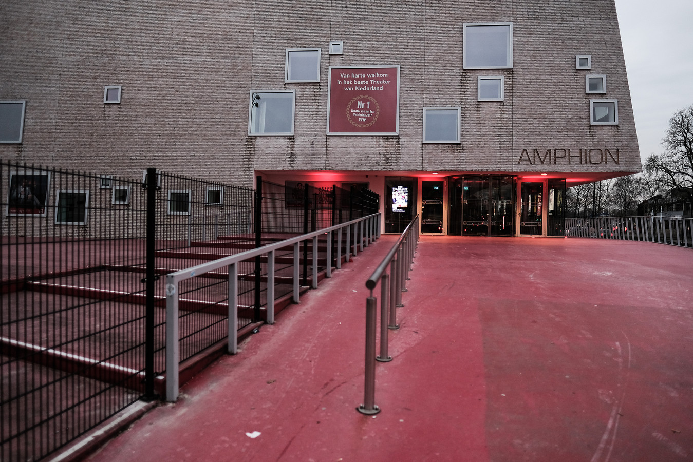 Ingang van schouwburg Amphion in Doetinchem.