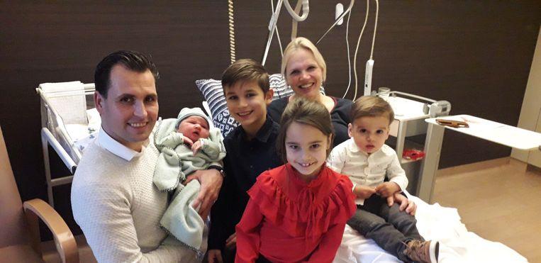 Een fiere mama, papa, zus en broers met hun zusje Noa.