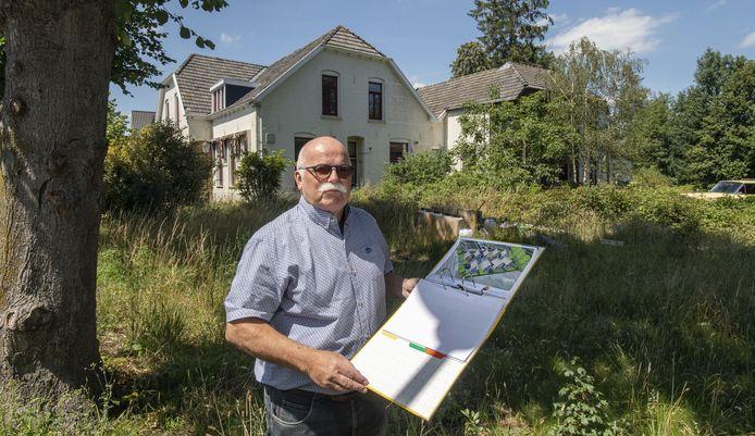 August Pot met schetsplan voor het woningbouwplan van architect Christian Wieggers voor het voormalige Burgers Inn in Haarlo.