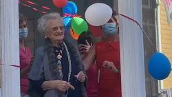 Ondanks corona toch feest: Julienne viert 105de verjaardag met buurtbewoners