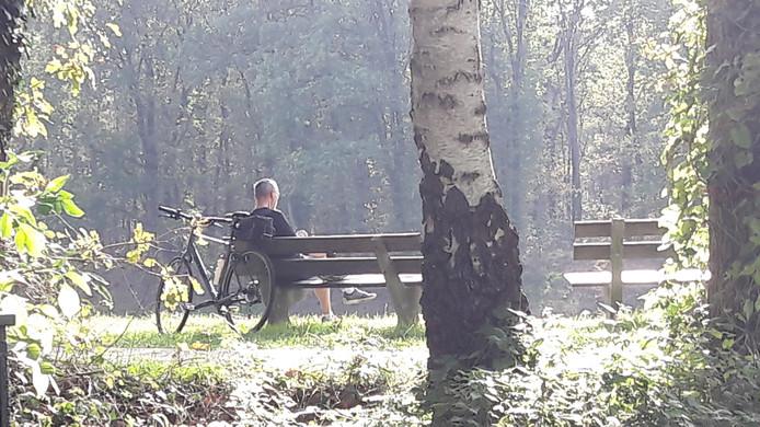 Deze mountainbiker is ook langs het Drongelens Kanaal neergestreken om even uit te puffen en zijn telefoon te raadplegen.