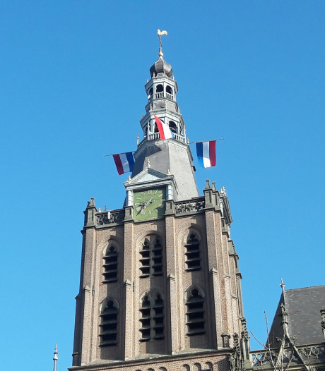Vlaggen halfstok, ook in toren van Sint-Jan