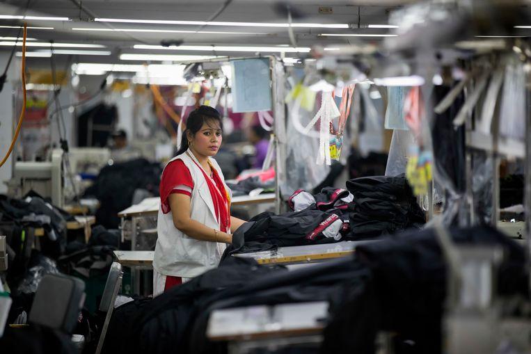 Een vrouw aan het werk in een textielfabriek in Dhaka, Bangladesh. Beeld AP