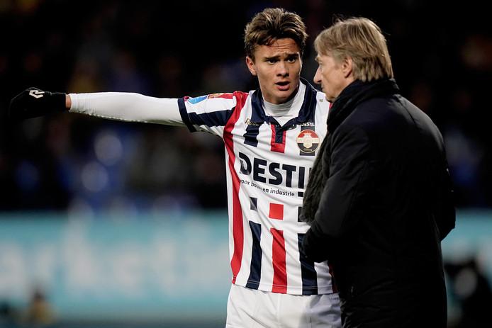 Kristofer Kristinsson in gesprek met Willem II-trainer Adrie Koster.