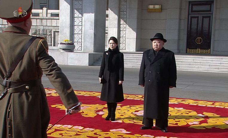 Kim Jong Un met zijn vrouw Ri Sol Ju tijdens een militaire parade.