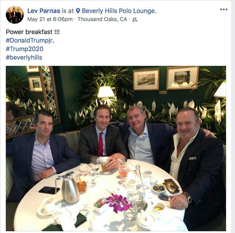 Een Facebookbericht van Lev Parnas. Op de foto staan Donald Trump, Jr., Tommy Hicks, Jr., Lev Parnas en Igor Fruman.