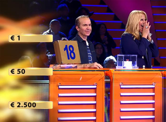 Linda slaat haar handen voor haar mond als Paul een goede zet doet.