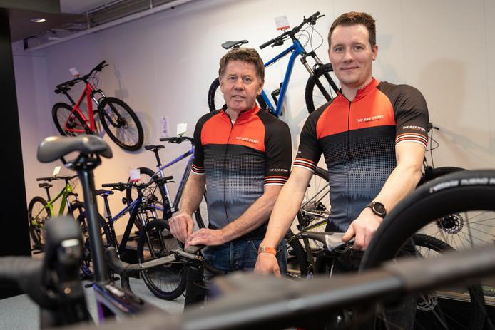 Rik Broer (rechts) en Martin Botter fietsen samen met zeven anderen in juni The Ride, een acht dagen durende etappetoertocht van Noord-Italië naar Valkenburg. ,,We hebben ervaren fietsers in onze groep, maar ook mensen die nog maar pas wielrennen'', zegt Rik.