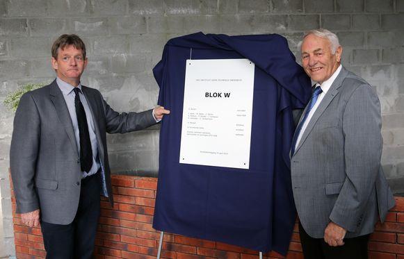 Alex Mensch en  Adriaan Bevers bij de onthulling van het bord voor de eerste steenlegging.