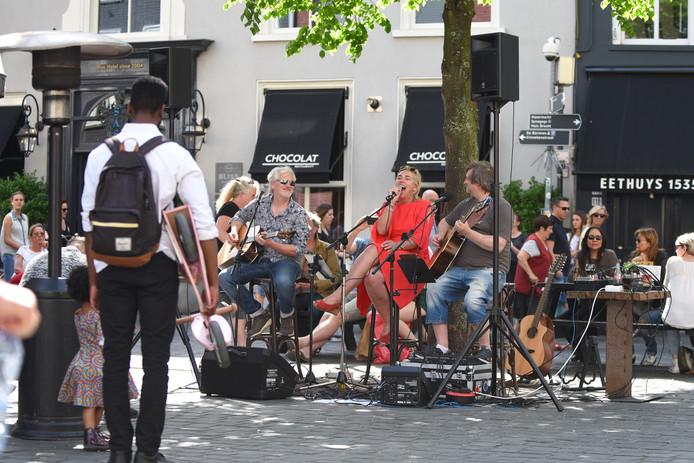 Famous Belcrum Recordings treedt op onder de boom op het plein voor de Bruine Pij.