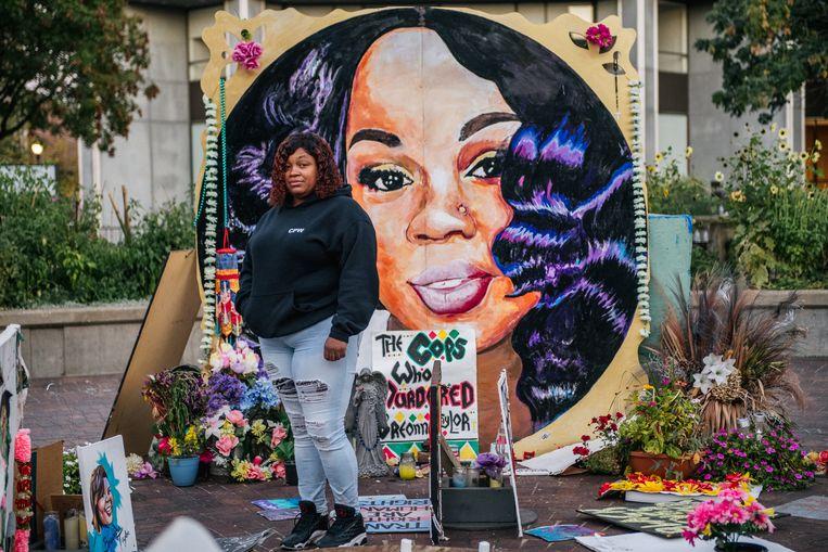 Tamika Palmer, de moeder van Breonna Taylor, poseert voor een foto voor de muurschildering die ter nagedachtenis aan haar doodgeschoten dochter is aangebracht in Jefferson Square Park in Louisville.  Beeld Hollandse Hoogte / Getty Entertainment
