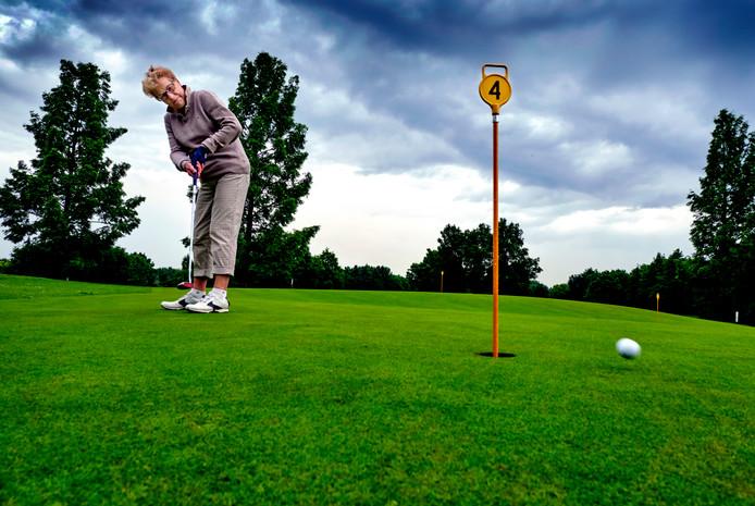 Elly Majoor heeft als hobby golfen. (RD/HW-Hoeksche Hobby) FOTO: © VICTOR VAN BREUKELEN