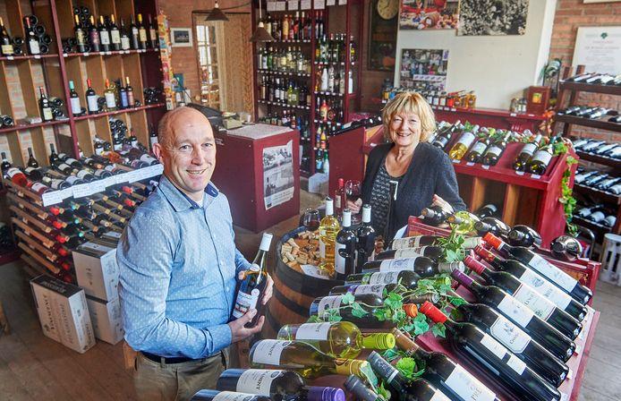 Wijnimporteur Eelco Oele samen met zijn moeder Diny in het winkelpand te Megen.